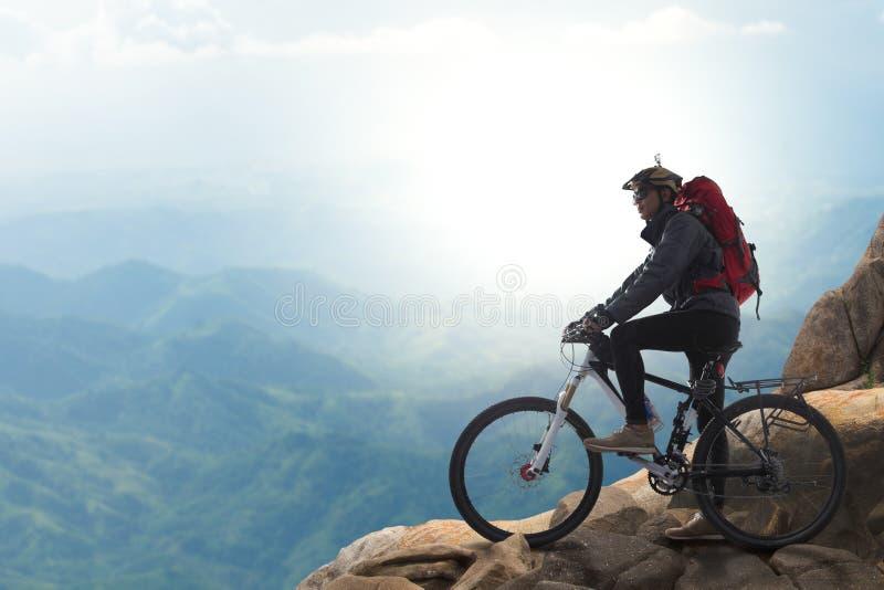 Cycliste sur le dessus d'une colline photos libres de droits