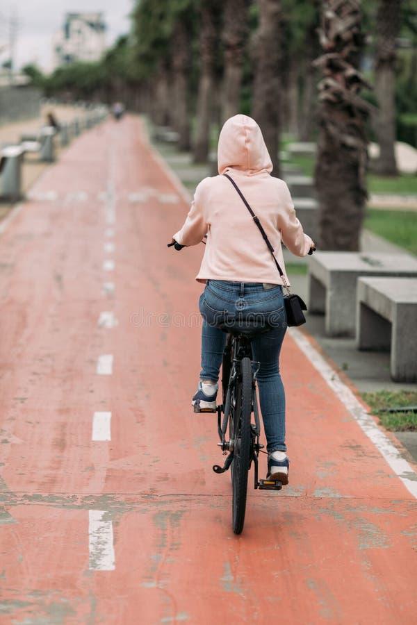 Cycliste sur un chemin de v?lo sur le remblai photos stock