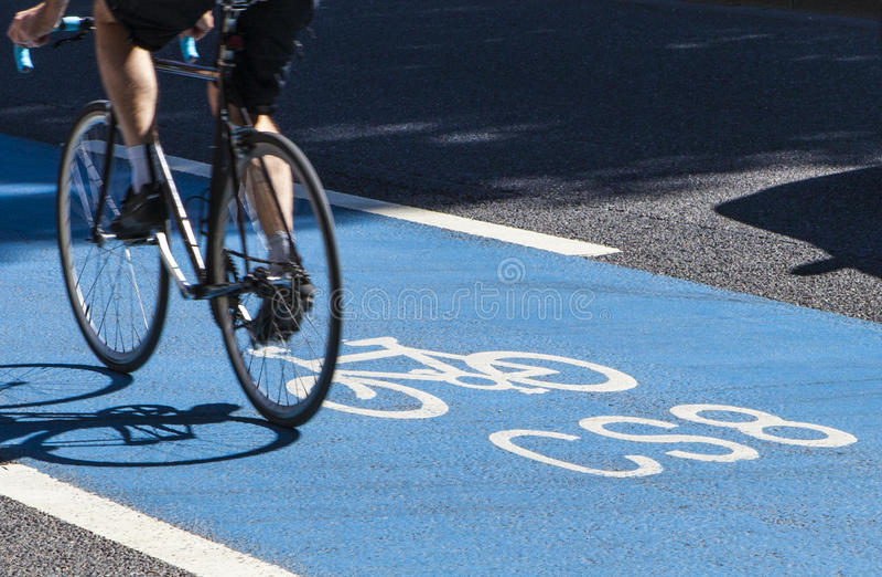 Cycliste sur une autoroute de cycle à Londres image stock