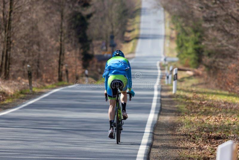 Cycliste sur une route de campagne photo stock
