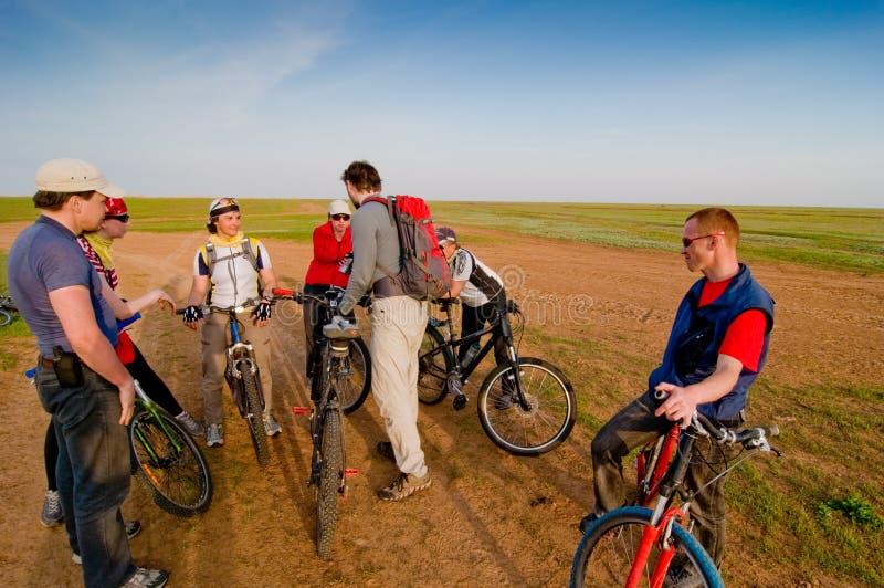 Cyclistes au coucher du soleil photographie stock libre de droits