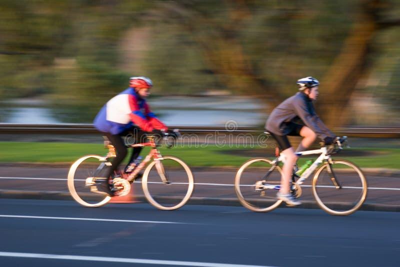 Cyclistes brouillés photos stock