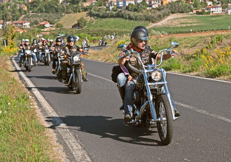 Cyclistes conduisant Harley Davidson images libres de droits