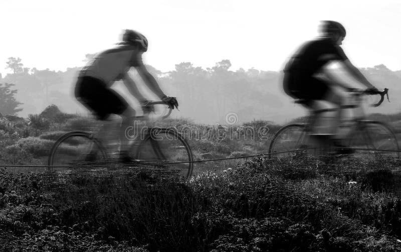 Cyclistes de montagne image stock
