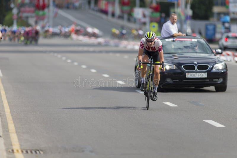 Cyclistes de route de la jeunesse dans le Peloton professionnel pendant la concurrence de recyclage de route internationale photographie stock