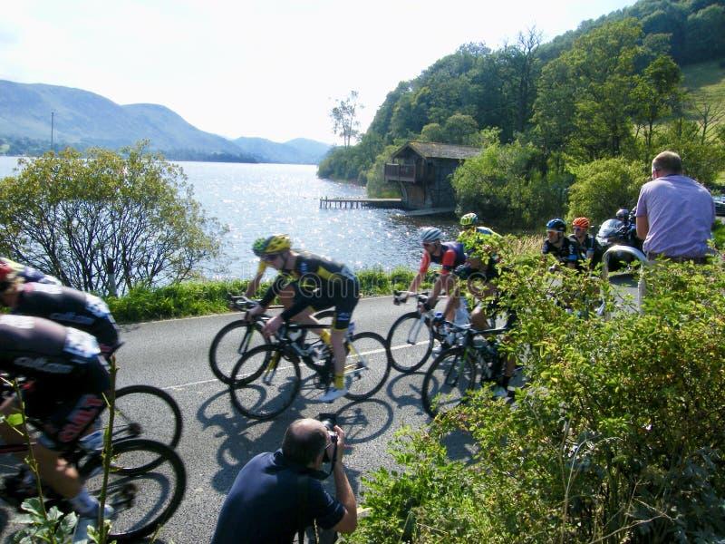 Cyclistes de Tour de France par le lac Ullswater images libres de droits