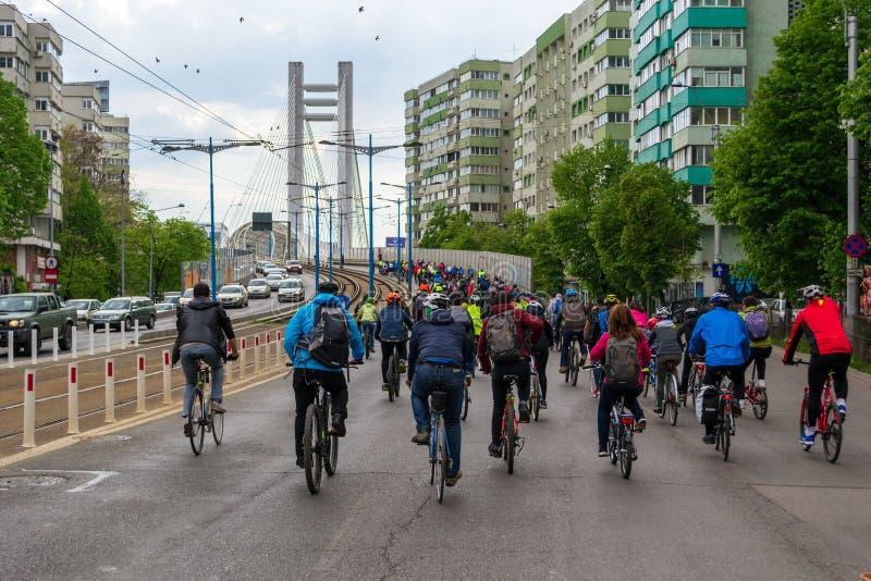 Cyclistes marchant vers le passage supérieur Pasajul Basarab de Basarab pendant la protestation de Bi-anual contre l'infrastructu photographie stock libre de droits