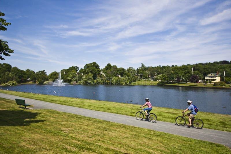 Cyclistes par l'étang photographie stock libre de droits