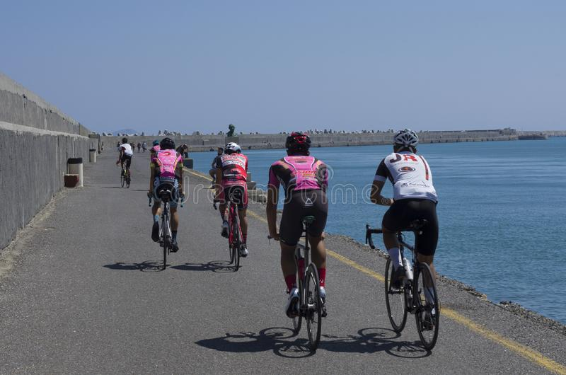 Cyclistes s'exerçants sur le pilier dans la baie de Héraklion photographie stock libre de droits