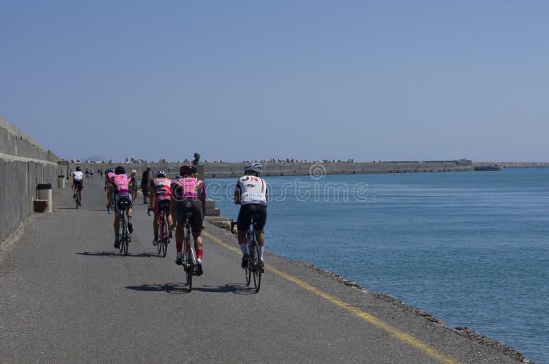 Cyclistes s'exerçants sur le pilier dans la baie de Héraklion image libre de droits