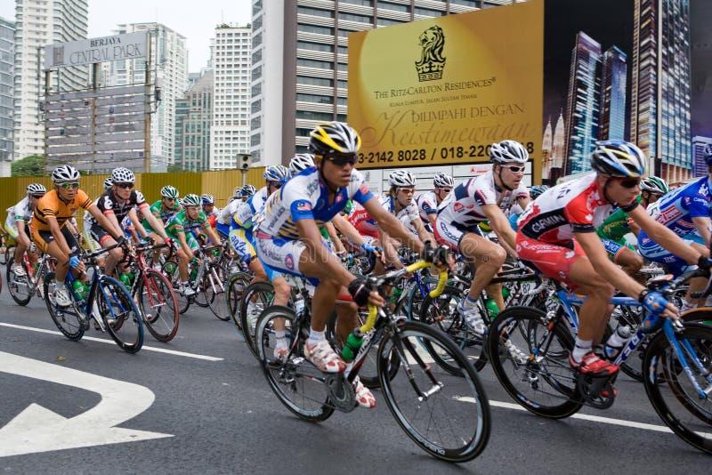 Cyclistes sur Jalan Ampang chez le Tour d Langkawi photo stock