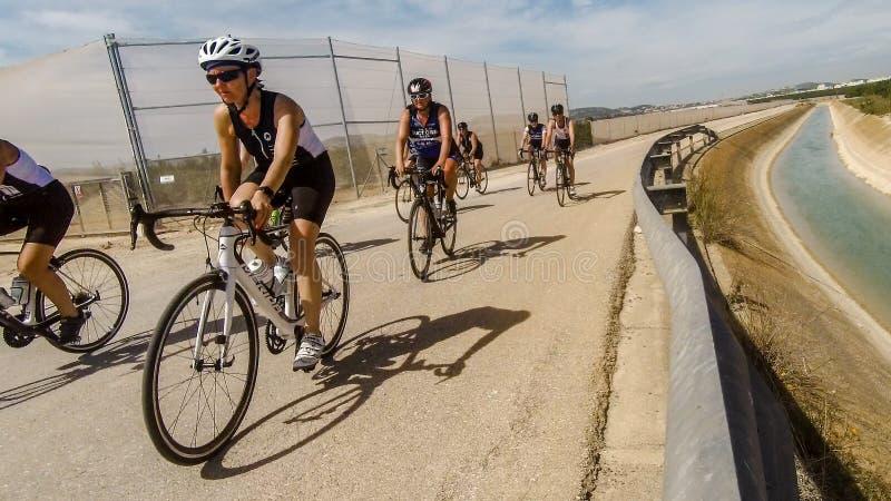 Cyclistes sur la route espagnole images stock