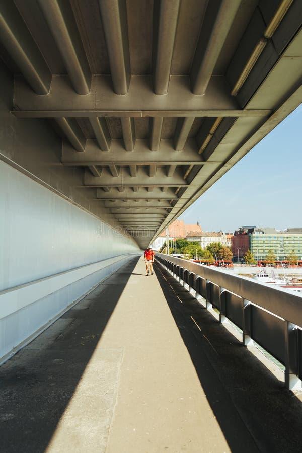 Cyclistes sur le pont novy la plupart de Bratislava, Slovaquie photographie stock libre de droits