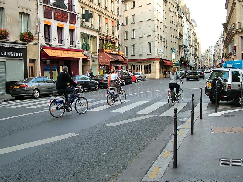 Cyclistes sur les rues de Paris, France images stock