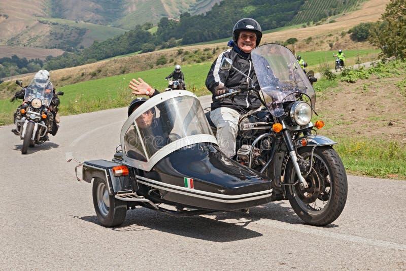 Cyclistes sur un vintage Moto Guzzi la Californie V850 avec le sidecar image libre de droits