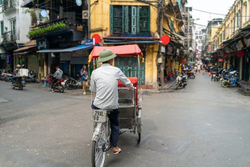 Cyclo pedicab sur la rue Hanoi tôt le matin images libres de droits