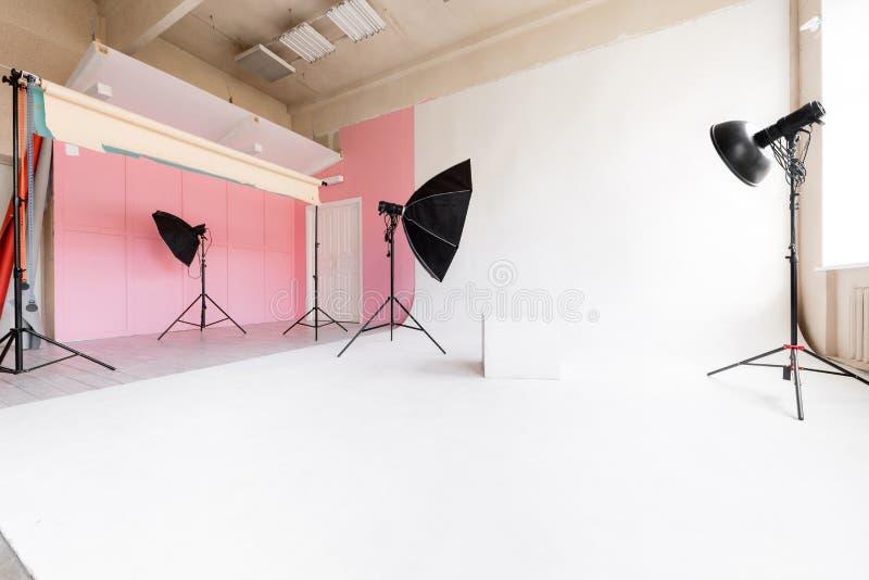 Cyclorama blanc et lumière naturelle du grand espace de studio de grandes fenêtres matériel et éclair d'éclairage photo libre de droits