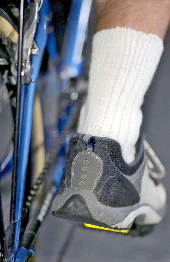 Cyclus en man voet op pedaal royalty-vrije stock foto's