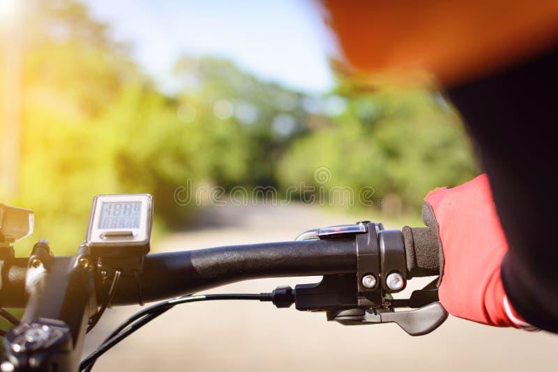 Cyclus op de straat in de ochtend stock foto