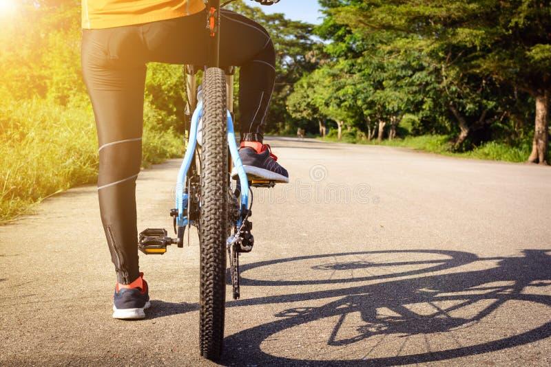 Cyclus op de straat in de ochtend royalty-vrije stock afbeeldingen