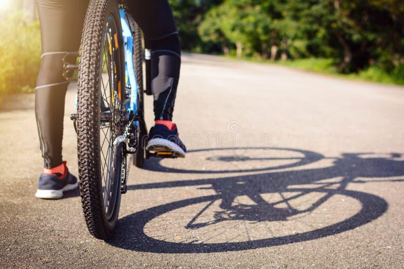 Cyclus op de straat in de ochtend royalty-vrije stock fotografie