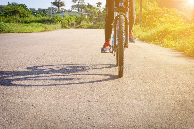 Cyclus op de straat in de ochtend stock fotografie