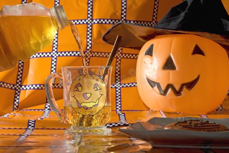 cydru Halloween dolewanie zdjęcia stock