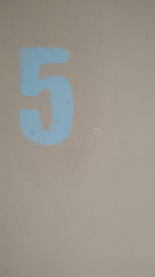Cyfra 5 malował w błękicie na różowym tle Zako?czenie fotografia royalty free
