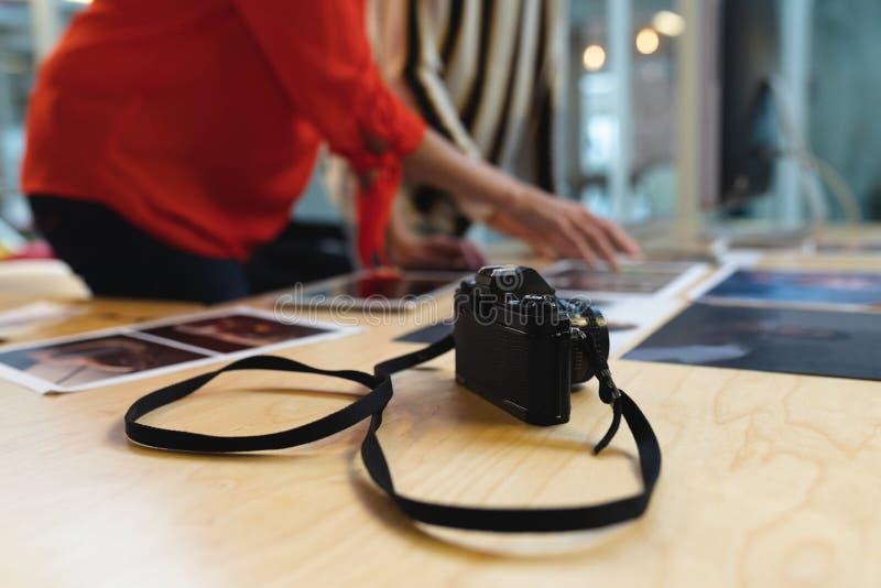Cyfrowa kamera na biurku w biurze obraz royalty free