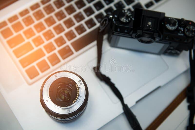 Cyfrowa kamera, obiektyw i laptop, pojęcie fotograf pracy st obrazy royalty free