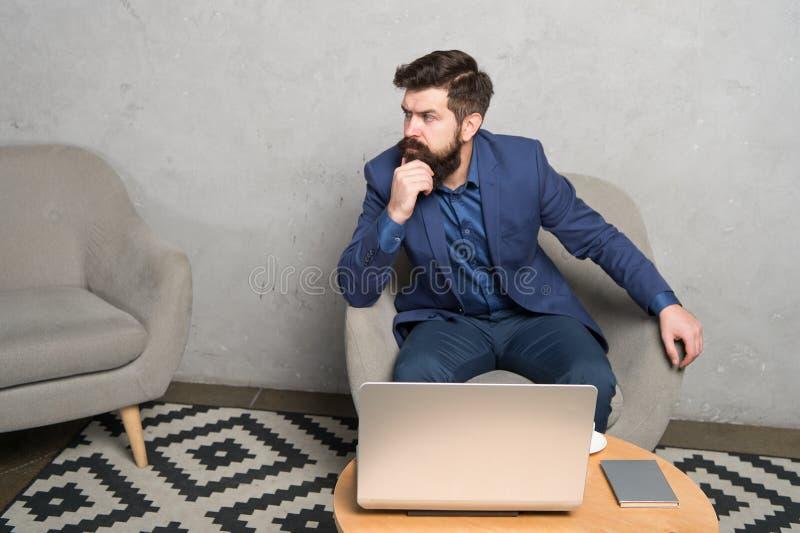 Cyfrowego biznes Bankowiec lub ksi?gowy Biznesowa korespondencja Nowo?ytny Biznesmen Biznesmen pracy laptop _ fotografia stock