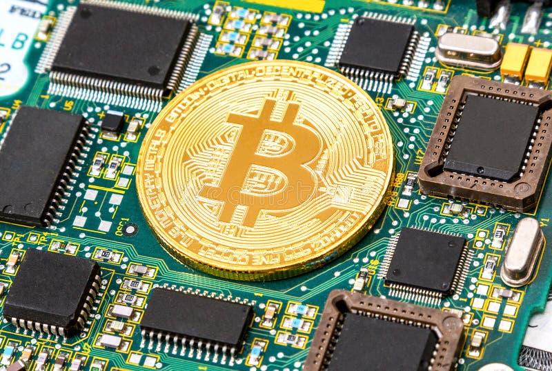 Cyfrowego cryptocurrency bitcoin kłama nad elektronicznym comput fotografia stock