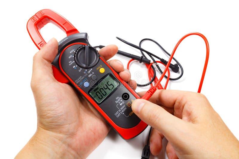 Cyfrowego kahata multimeter z sondami w mężczyzna ` s ręce na białym tle obrazy stock
