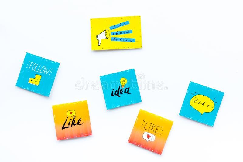 Cyfrowego marketing Ogólnospołeczne medialne ikony i symbole na białej tło odgórnego widoku kopii przestrzeni zdjęcia royalty free