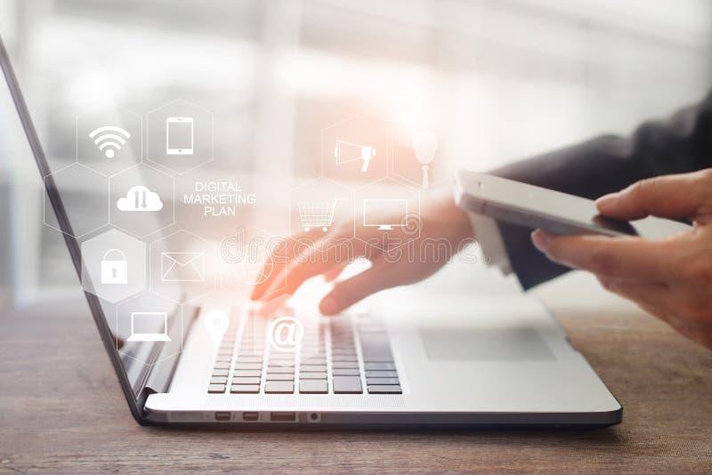 Cyfrowego marketingowy medialny pojęcie Biznesmena wzruszający laptop zdjęcia royalty free