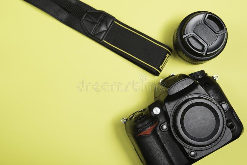Cyfrowego Pojedynczego obiektywu odruch na żółtym tle z obiektywem i paskiem na żółtym tle fotografia royalty free