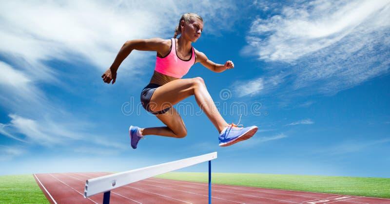 Cyfrowego złożony wizerunek żeńskiej atlety doskakiwanie nad przeszkoda fotografia stock