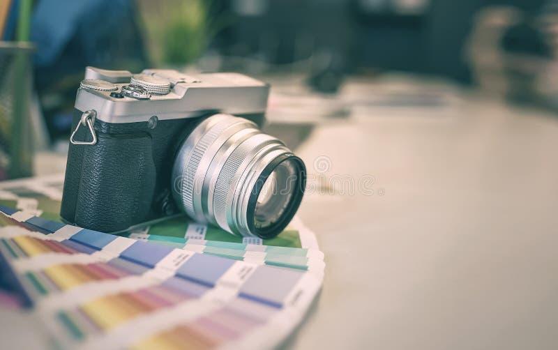 Cyfrowej kamery i koloru swatches na biurowym biurku zdjęcia stock