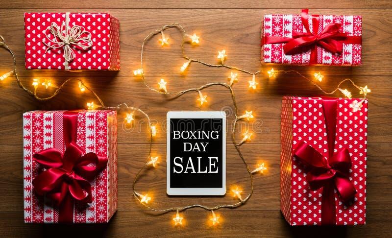 Cyfrowej pastylka, teraźniejszość i bożonarodzeniowe światła, retro drugi dzień świąt bożego narodzenia sprzedaży pojęcie obraz royalty free