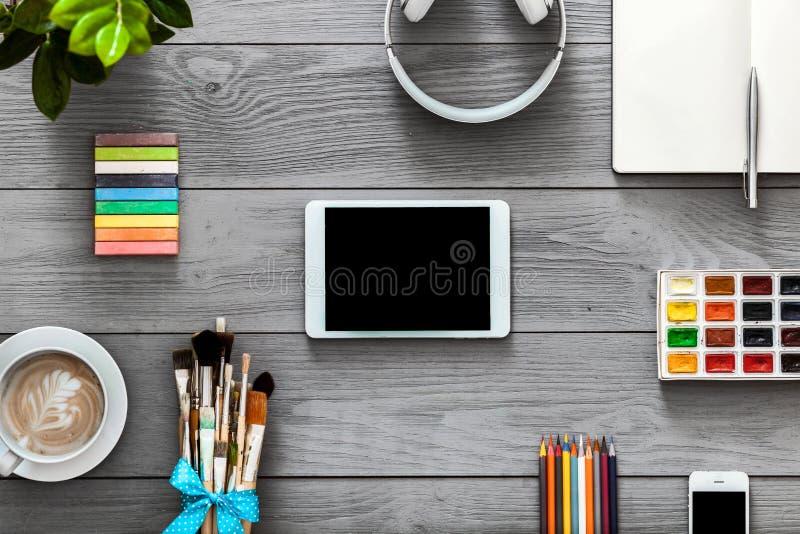 Cyfrowej pastylki kreatywnie egzamin próbny w górę edukacji app dostaw na popielatym drewnianym tle zdjęcia royalty free