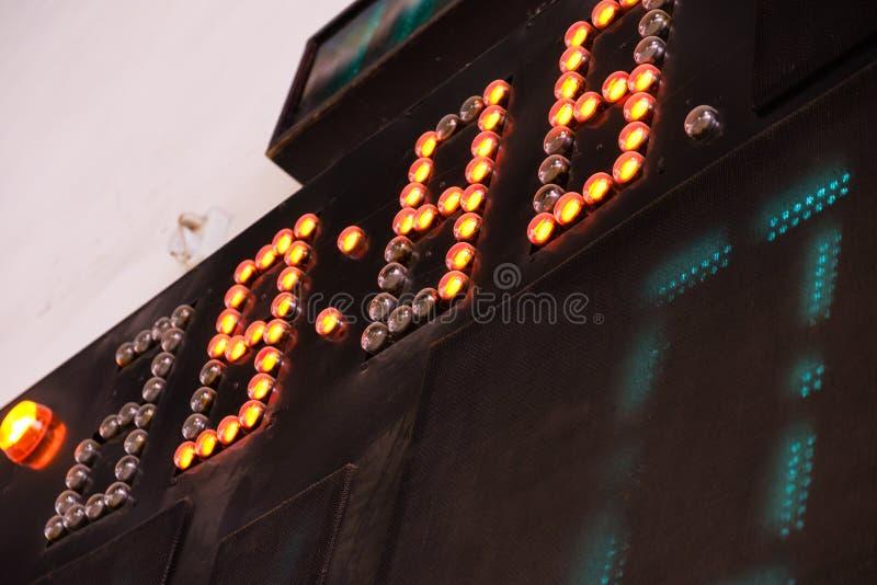 Cyfrowej tablicy wyników stary wynik Gracz Futbolu na polu Futsal balowy pole w gym salowym, piłka nożna sport obrazy stock