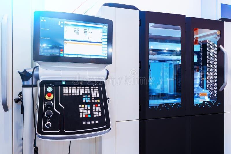Cyfrowo - kontrolowana nowożytna cnc tokarka w fabryce zdjęcia stock