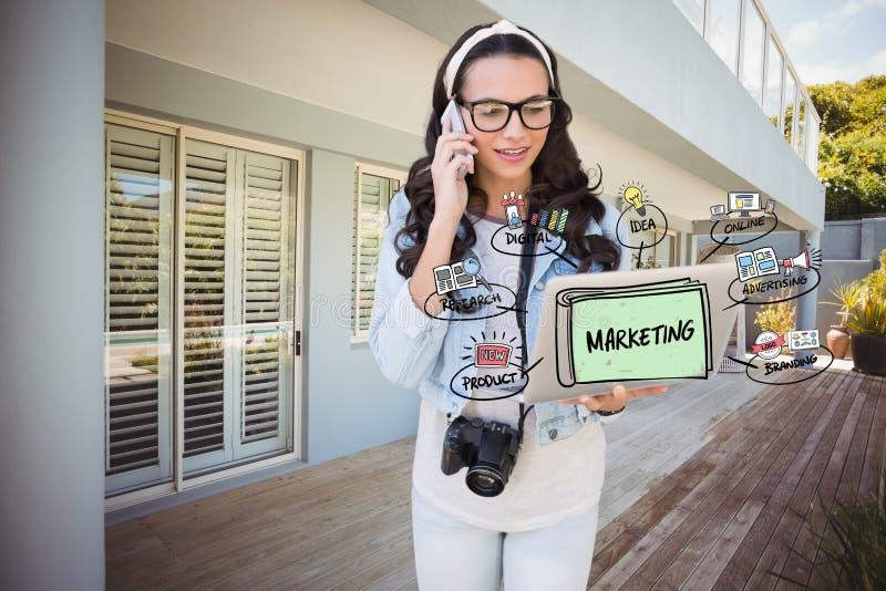 Cyfrowo wytwarzający wizerunek kobieta używa telefon komórkowego i laptop z marketingowym diagramem fotografia royalty free