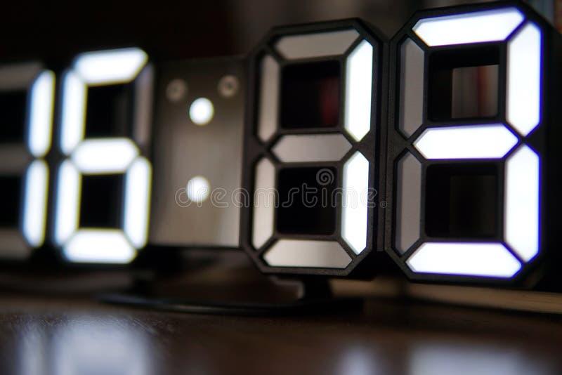 Cyfrowy zegar z bielem liczy zbliżenie fotografię obraz royalty free