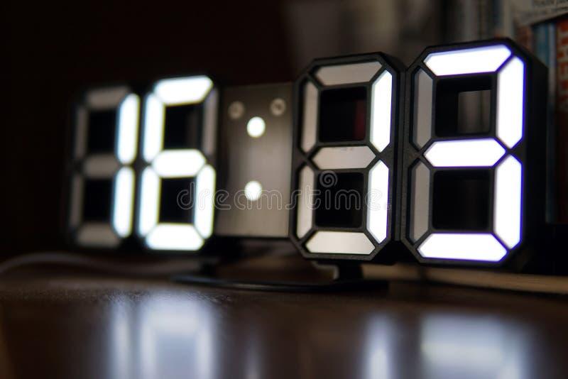 Cyfrowy zegar z bielem liczy zbliżenie fotografię obrazy stock