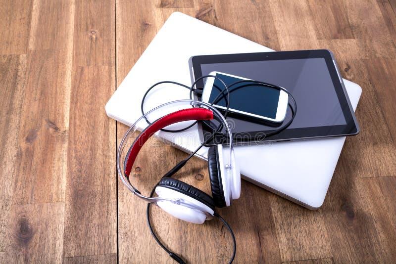 Download Cyfrowych Hełmofony Na Drewnianym Desktop I Przyrząda Obraz Stock - Obraz złożonej z monitor, mobile: 57659095
