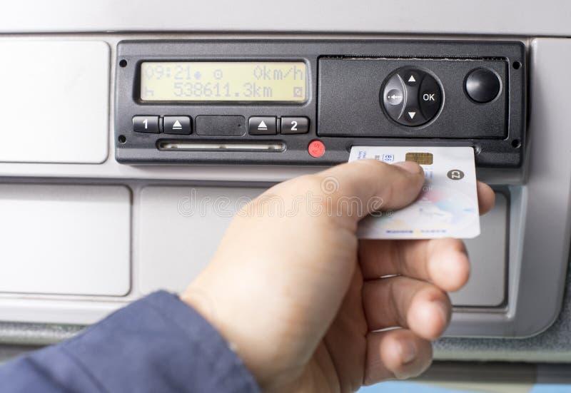 Cyfrowych kierowcy i tachograf wręczamy wkładać cyfrową kartę w szczelinie dla drugi kierowcy fotografia royalty free