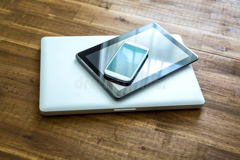 Download Cyfrowych Przyrząda Na Drewnianym Desktop Obraz Stock - Obraz złożonej z stół, wyposażenie: 57659295