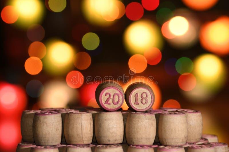 Cyfry 2018 i Bokeh Nowy Rok i boże narodzenia na baryłkach dla Lott zdjęcie stock