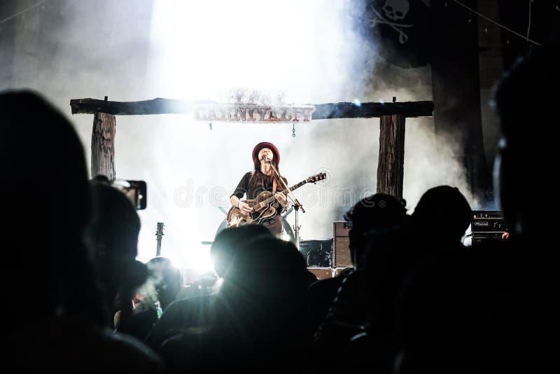 Cygański karnawału koncert, Otłuszczony Cukierniany zespół na scenie zdjęcia stock